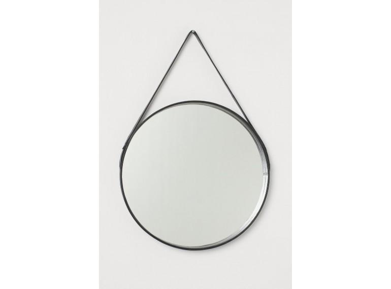 Okrúhle zrkadlo zavesené na koži